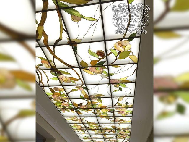 Витражный потолок листья
