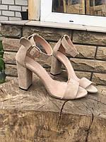 Замшевые бежевые босоножки на толстом каблуке с ремешком