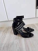 Босоножки Loui$ Vuitton (Виттон) на небольшом устойчивом каблучке черного цвета Код 1606, фото 3