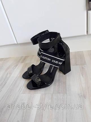 Босоножки Loui$ Vuitton (Виттон) на небольшом устойчивом каблучке черного цвета Код 1606, фото 2