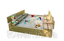 Закрытая песочница с 120х120 см с скамейками.