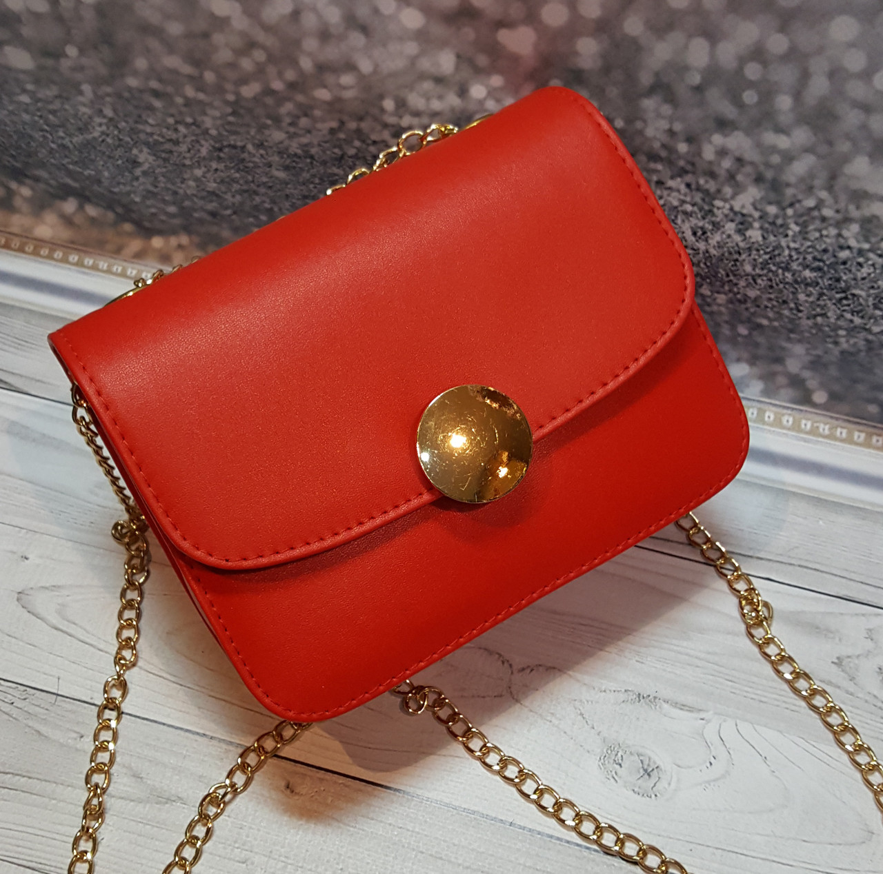 Маленькая красная женская сумочка на цепочке