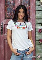 Жіноча футболка на короткий рукав із вишивкою квітами в ніжно білому кольорі «Мальви», фото 1