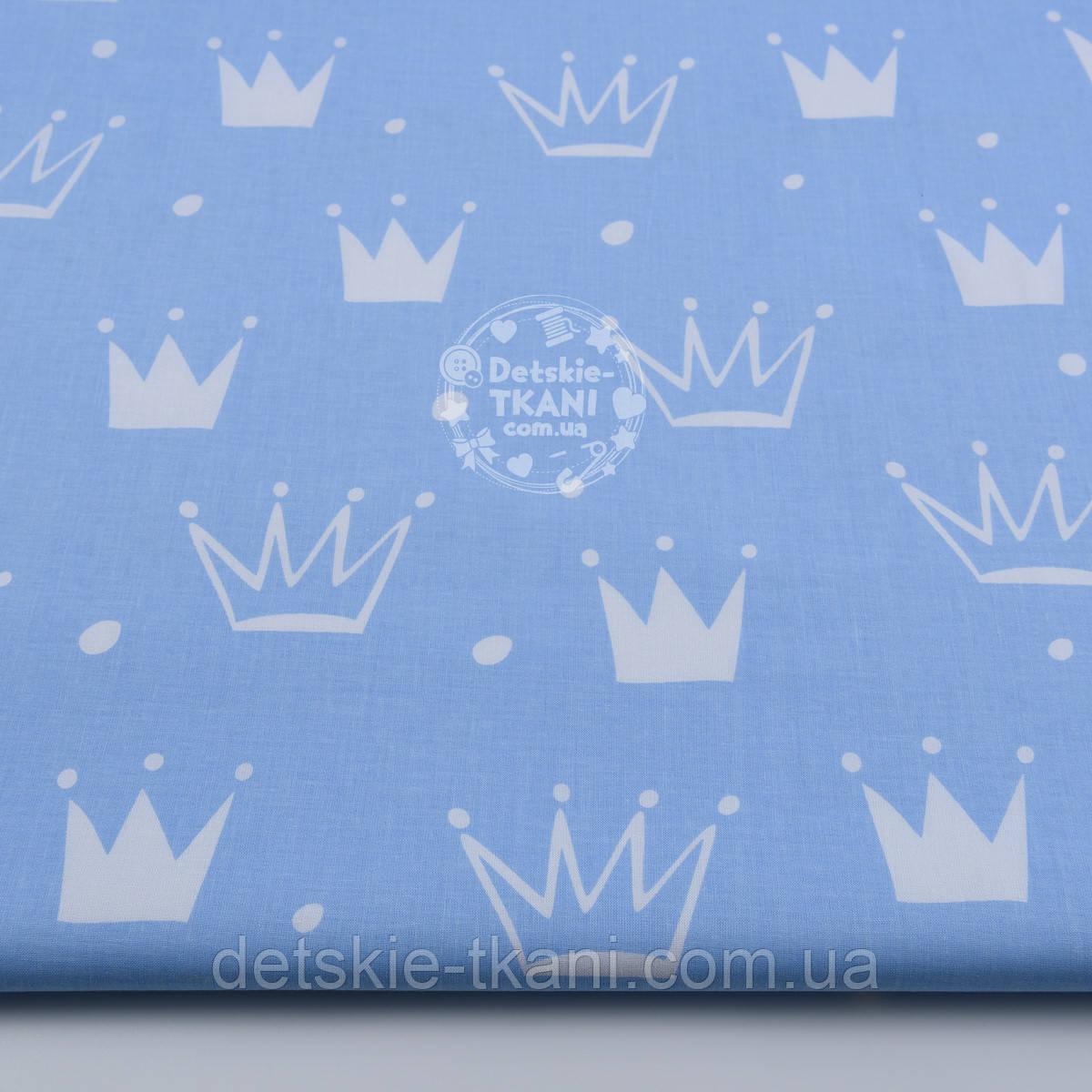 """Ткань хлопковая """"Нарисованные короны"""" белые на голубом (№1311а)"""