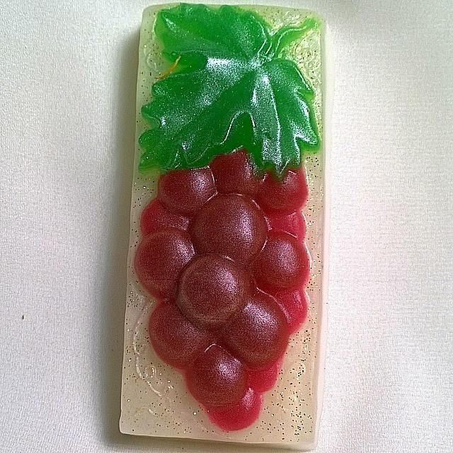 """Глицериновое мыло ручной работы """"Гроздь винограда""""."""
