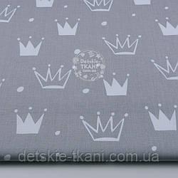 """Ткань хлопковая """"Нарисованные короны"""" белые на сером (№1313а)"""