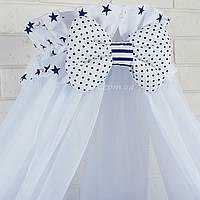 Балдахин в кроватку с оборкой белого цвета в синие звёзды