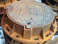 """Люк канализационного типа """"ТМ"""" (Д400) обработанный с запорным устройством, надпись """"Киевавтодор"""""""