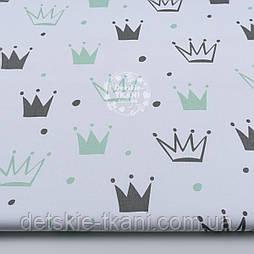 """Ткань хлопковая """"Нарисованные короны"""" салатовые и серые на белом (№1314а)"""