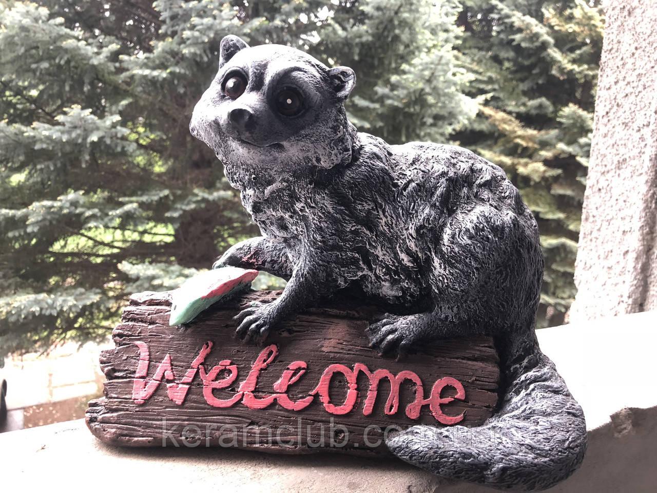 Ландшафтная фигура: енот Welcome