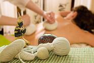 Травяные мешочки при проведении тайского массажа.