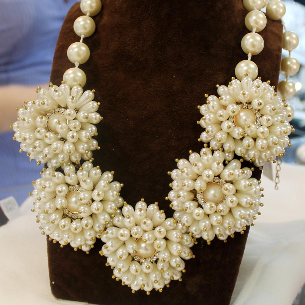 Нарядное ожерелье цвета шампань