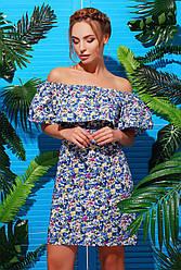 Летнее короткое голубое платье с открытыми плечами и воланом цветочный принт