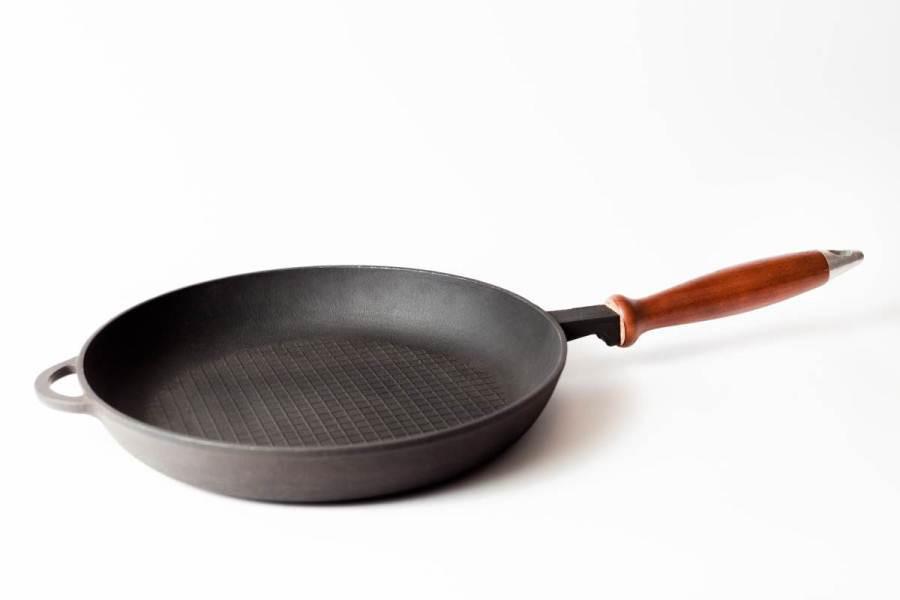 Сковорода чугунная эмалированная, рифлённое дно,с деревянной ручкой, d=200мм, h=35мм. Матово-чёрная