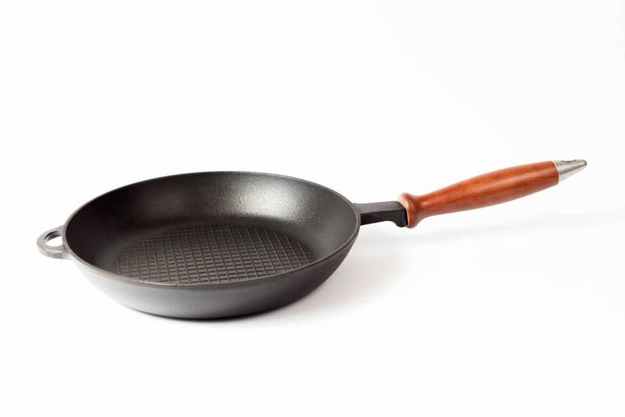 Сковорода чугунная эмалированная, рифлёное дно, с деревянной ручкой, d=240мм, h=40мм. Матово-чёрная