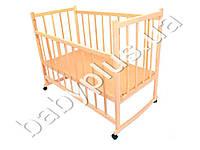 Детская кроватка деревянная на колесах с опускающейся боковиной и качалкой (Дерево - ольха, отшлифована, не лакированна. Дно - Д