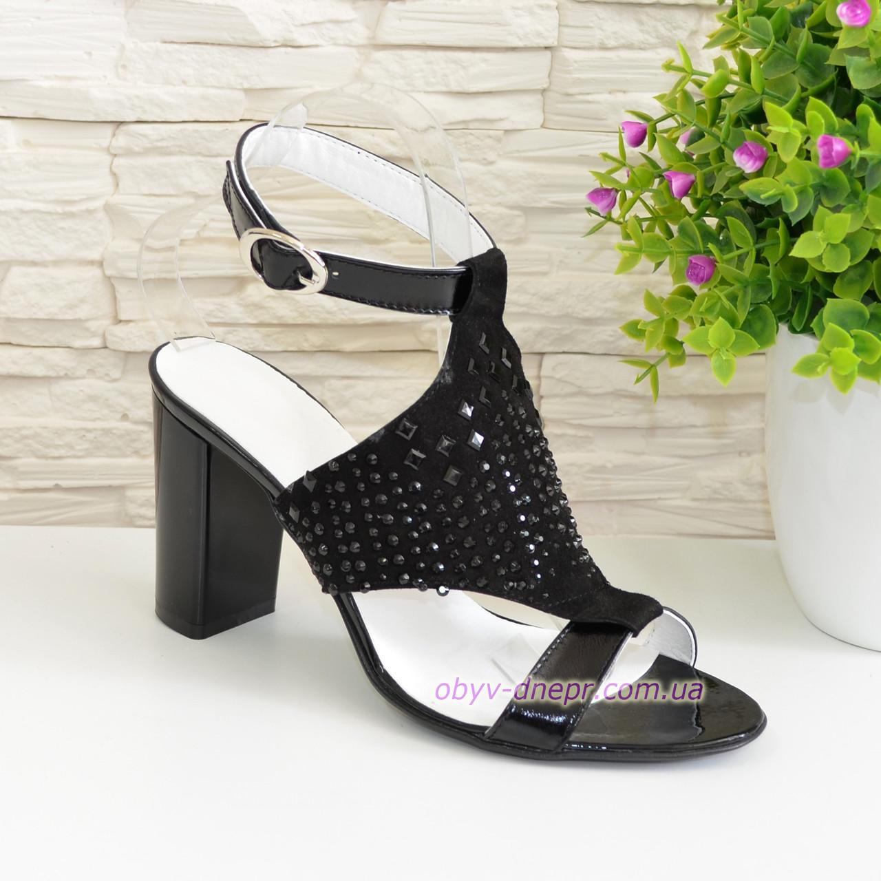 Замшевые черные женские босоножки на высоком каблуке декорированные камнями