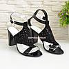 Замшевые черные женские босоножки на высоком каблуке декорированные камнями, фото 3