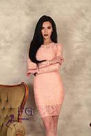 Молодежное нарядное облегающее платье до колен из гипюра с длинными рукавами цвет Персиковый