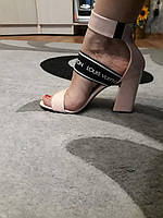 Босоножки Loui$ Vuitton (Виттон) на небольшом устойчивом каблучке цвета пудры Код 1598 1