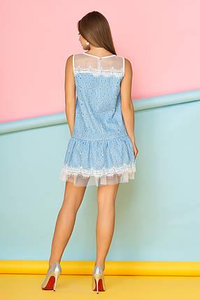 Летнее платье мини полуоблегающее без рукав с кружевами синее с цветами, фото 2