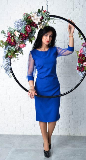Элегантное женское приталенное платье электрик с жемчугом на рукавах размер 44