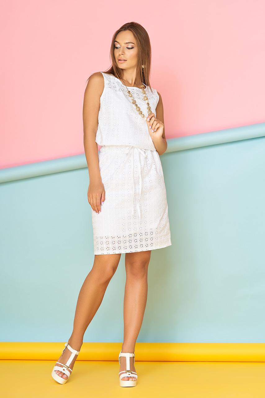 Летнее короткое платье из прошвы полуприталенное с поясом белое