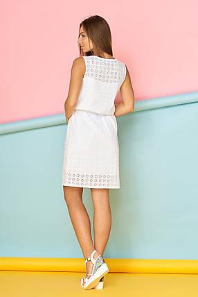 Летнее короткое платье из прошвы полуприталенное с поясом белое, фото 2