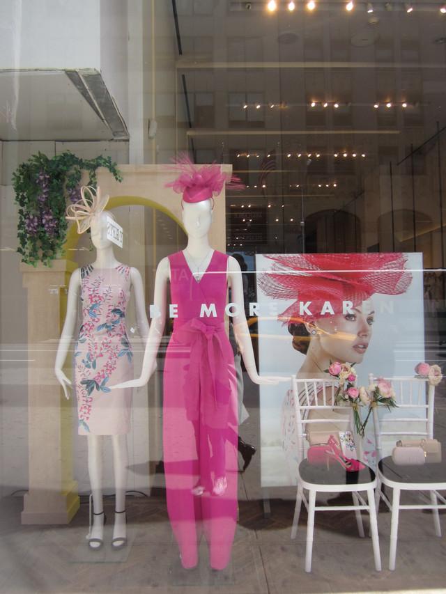 Раздел Летние сарафаны - фото teens.ua - Нью-Йорк,витрина магазина сарафанов