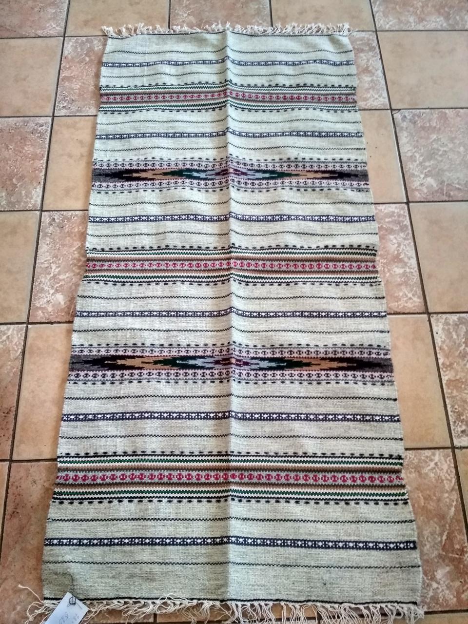 Ткана доріжка на підлогу з оригінальним орнаментом сіра