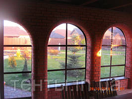 Мягкие окна ПВХ на кирпичную летнюю площадку с арочными проемами