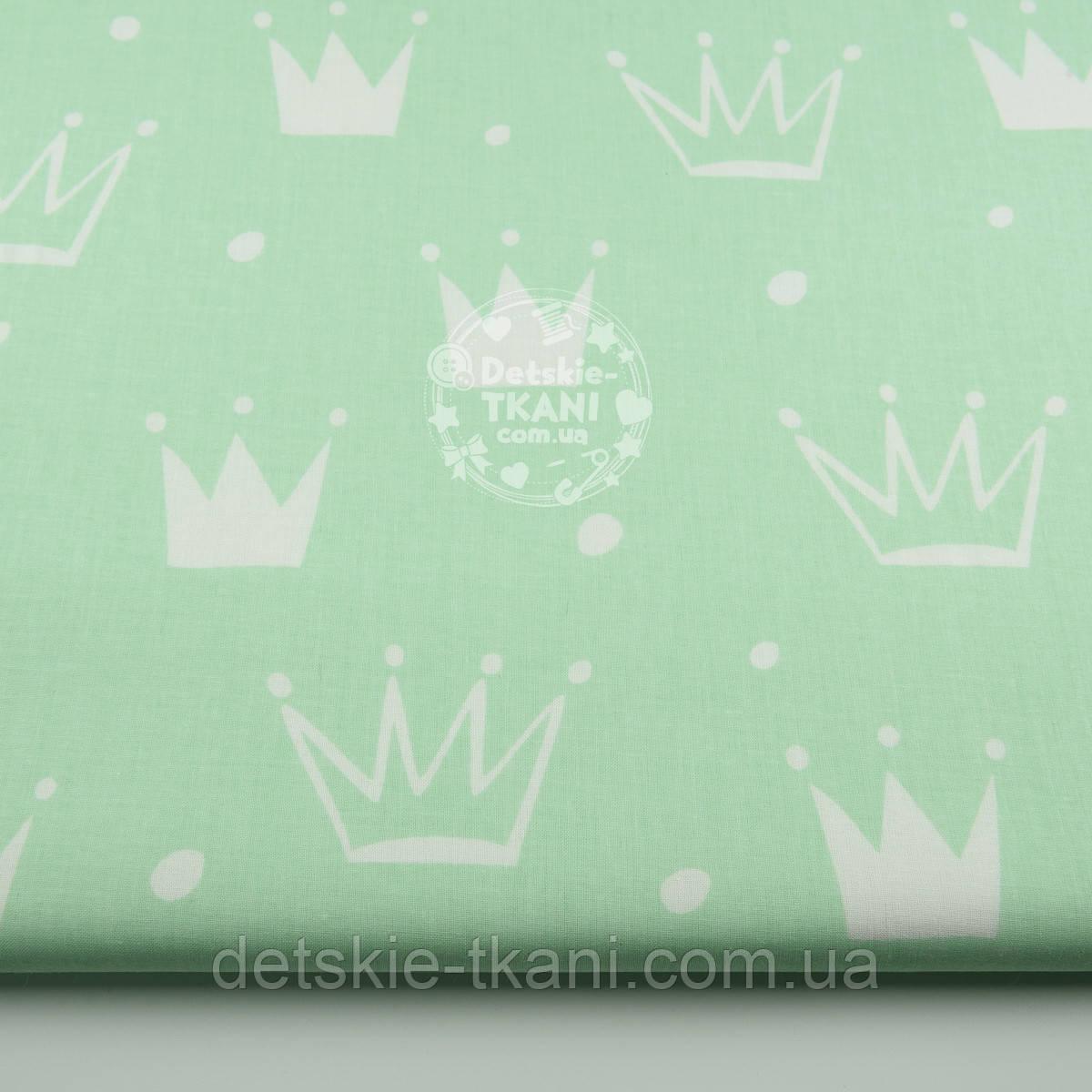 """Ткань хлопковая """"Нарисованные короны"""" белые на салатовом (№1327а)"""