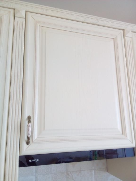 Показаны фасады на шкафчике под вытяжку для кухни из дерева ясеня крупным планом