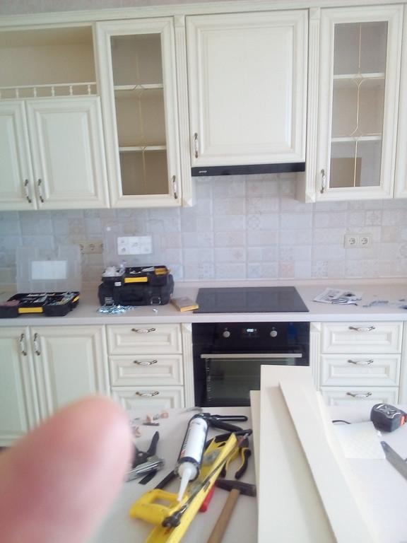 установка в доме заказчика кухни из дерева с фасадами из ясеня