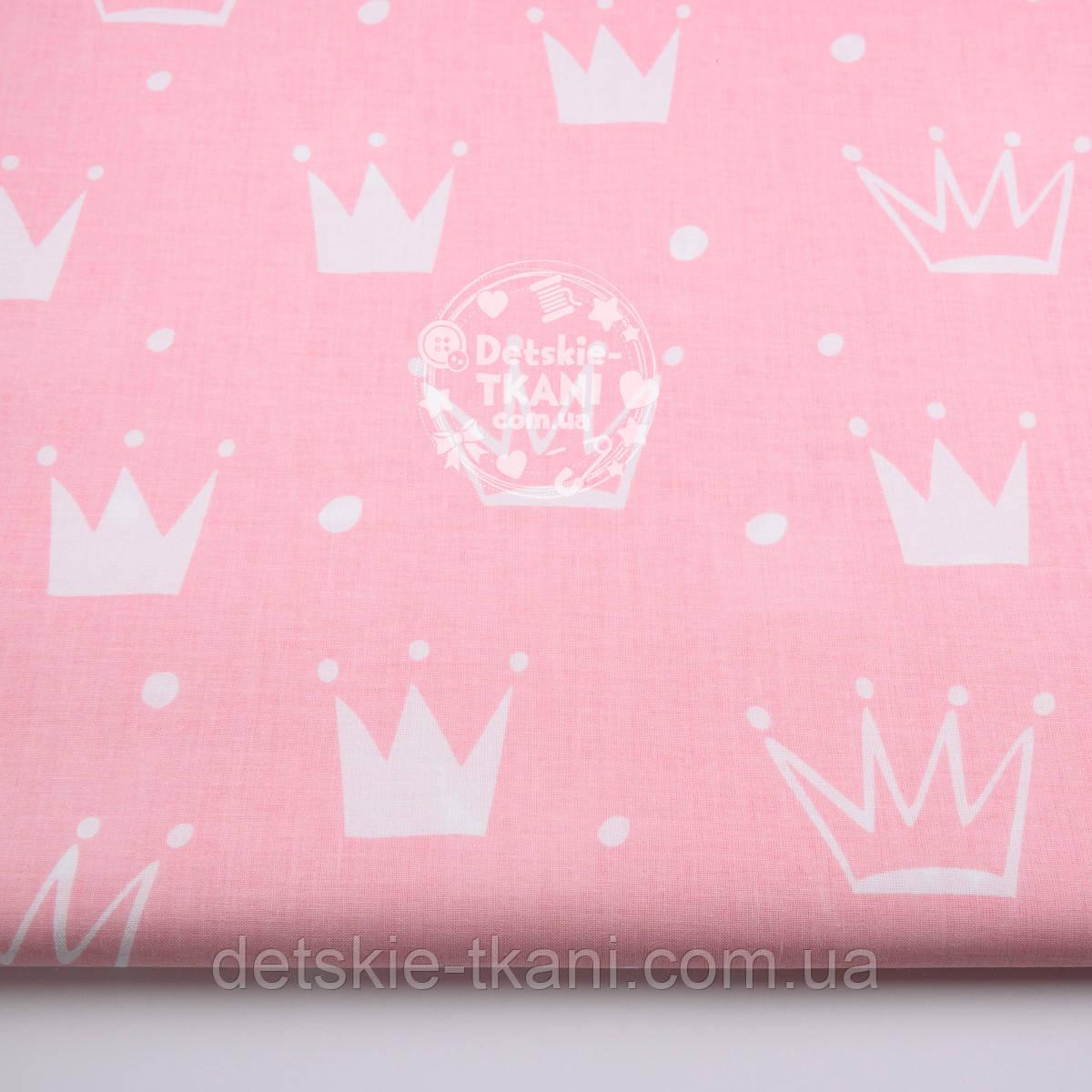 """Ткань хлопковая """"Нарисованные короны"""" белые на розовом (№1328а)"""