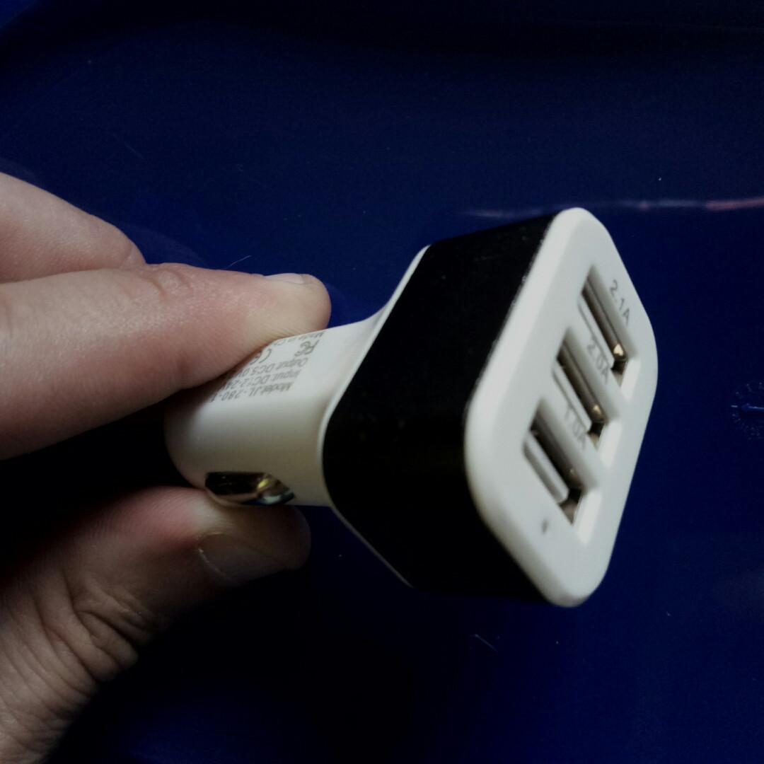 Зарядка USB в прикуриватель на 3 выхода, автомобильная зарядка usb (бело-черная) 3 в 1 USB
