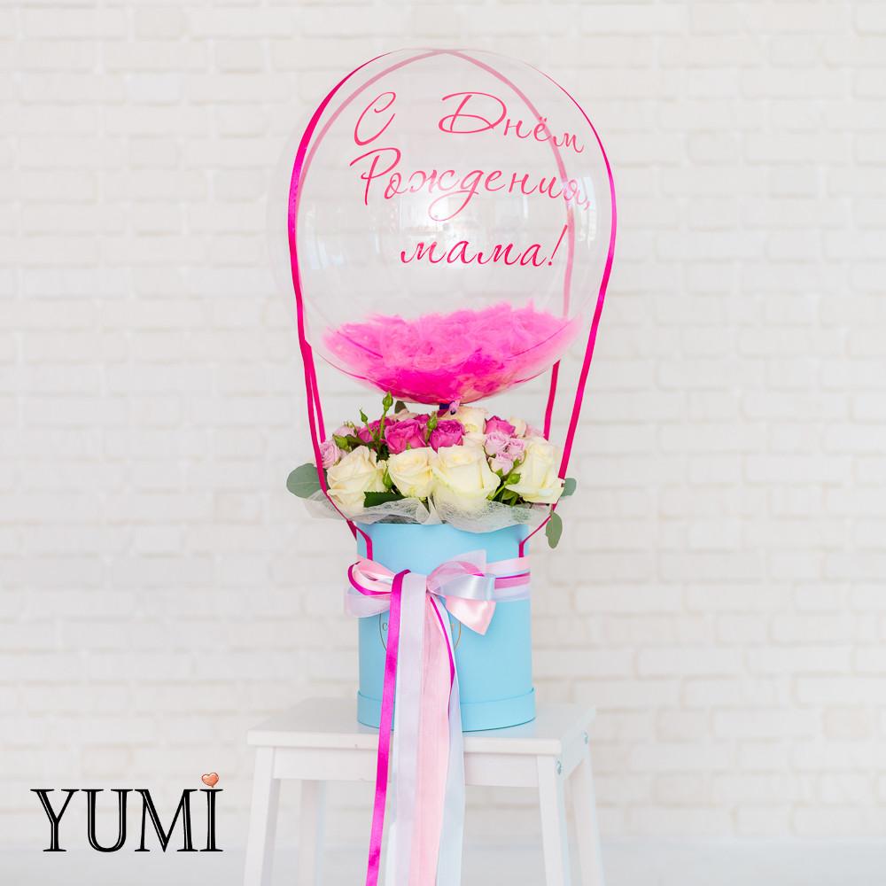 Композиция flowerbox: Шар Bubble с малиновой надписью С Днем Рождения, мама!, малиновыми перьями и малиновой