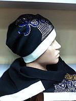 Молодежный комплект в классическом  стиле  , с резинкой , шарф и шапочка украшены камнями .