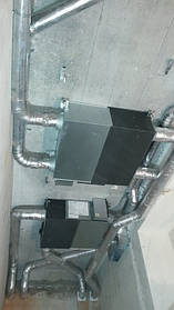 """Две приточно-вытяжных установки Мицубиши """"Лоссней"""" смонтированы в ограниченном пространстве потолка гардеробной комнаты. Установки оснащены рекуператорами и на самую холодную пору дополнительно установлены электронагреватели с адаптированной автомати"""