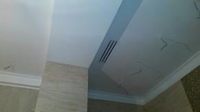 Линейный диффузор системы вытяжки в ванной комнате.