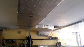 Утепленный воздуховод приточной системы проложили под потолком действующего гаража.