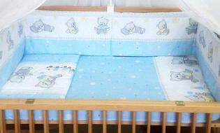"""Набор постельного белья в детскую кроватку из 6 предметов """"Евро"""" Мишка с игрушкой голубой"""