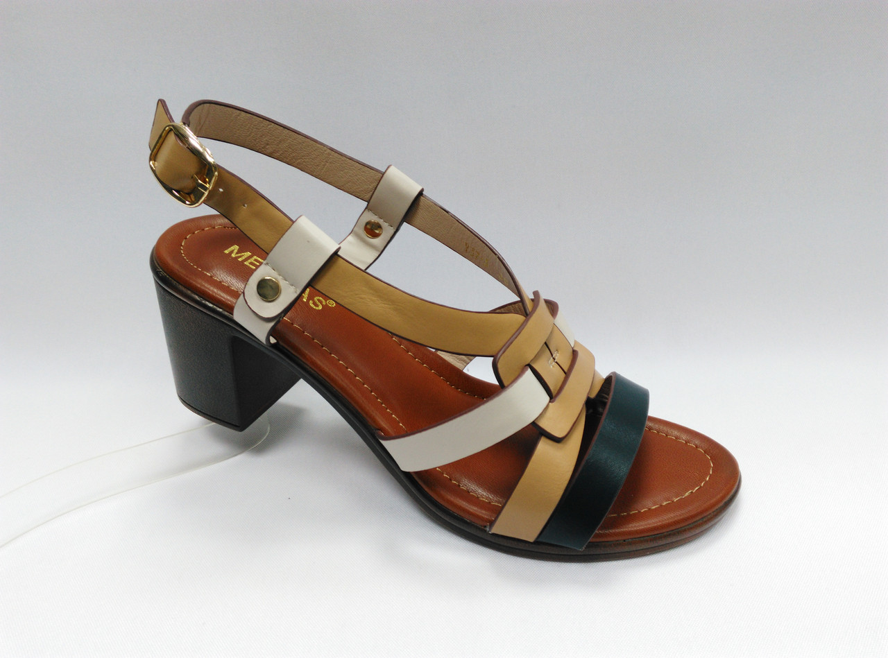 Открытые  босоножки на устойчивом каблуке.