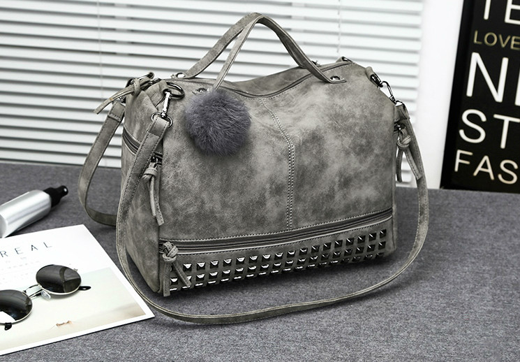 1cc7c07b68ae Женская вместительная сумка с заклепками и меховым брелком серая, ...