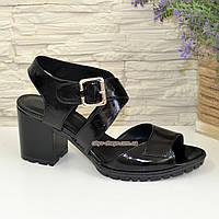 Женские черные лаковые босоножки на устойчивом каблуке, фото 1