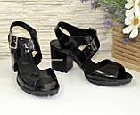 Женские черные лаковые босоножки на устойчивом каблуке, фото 2