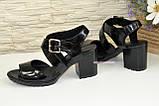 Женские черные лаковые босоножки на устойчивом каблуке, фото 3