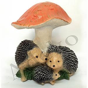Садова фігура Їжачок Сім'я під грибом 28 см