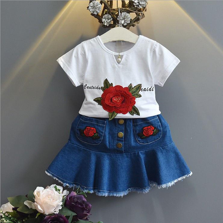 Летний костюм для девочки с джинсовой юбкой и розами