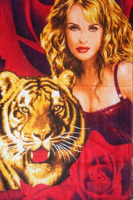 Пляжное полотенце с девушкой в розах